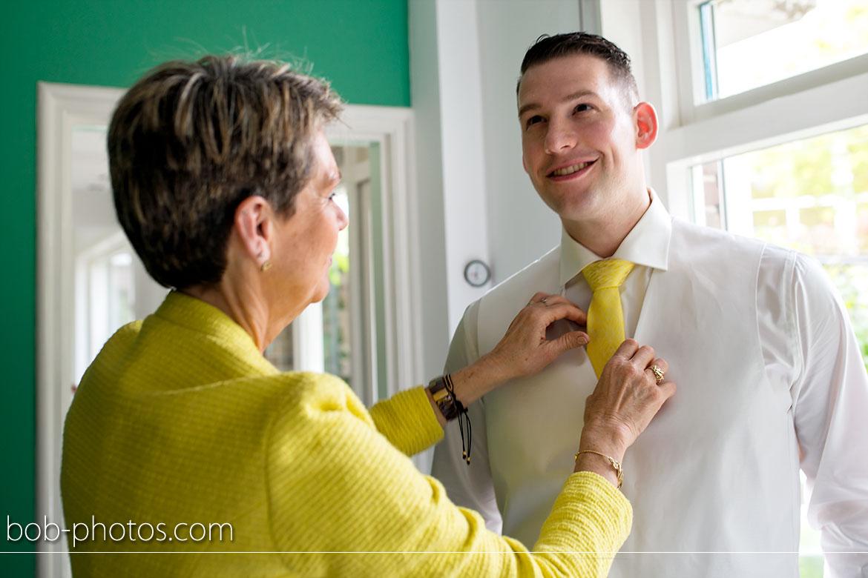 Voorbereidingen Bruidegom gele stropdas