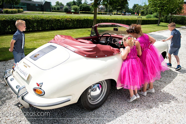 Bruidskinderen bij een trouwauto