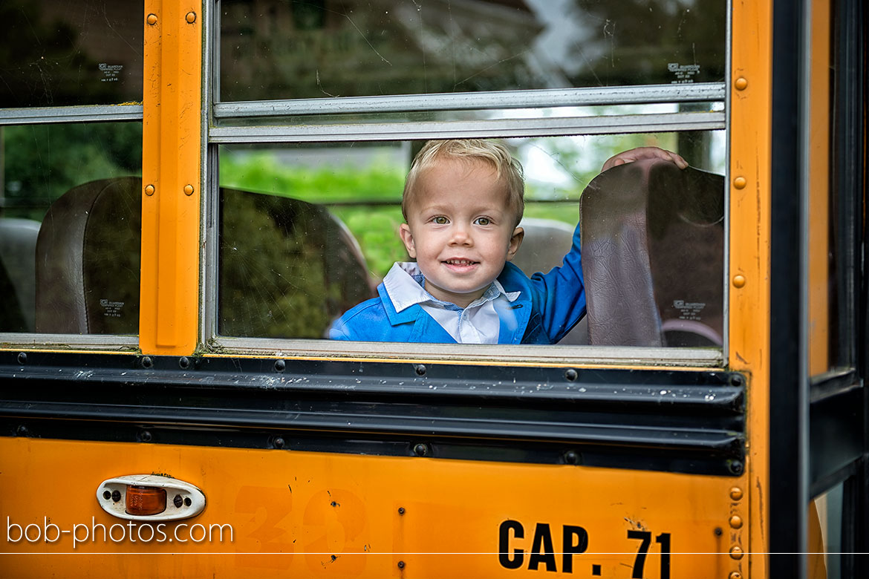 Bruidsjongen is yellow schoolbus