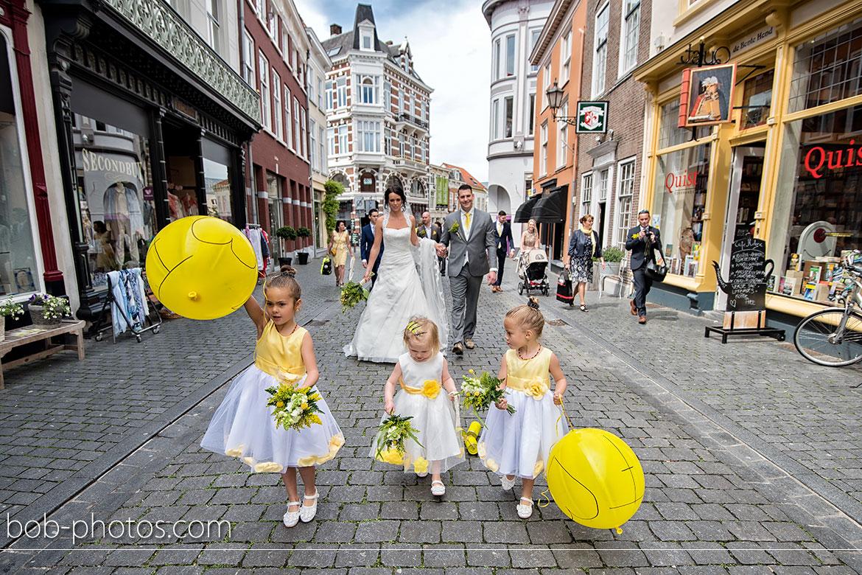Bruidsmeisjes met gele ballonnen